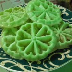 Cara Membuat Kue Kembang Goyang Pandan Renyah