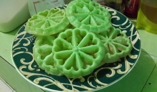 Cara Membuat Kue Kembang Goyang Pandan