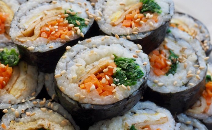 Kimbab Korea Setelah Dipotong Dan Ditaburi Wijen - Resep Kimbab Ala Korea